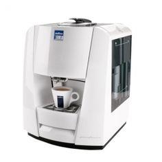 LB1100 L'EVOLUTION DE L'EXCELLENCE Le moment du café est toujours quelque chose de spécial, surtout avec la nouvelle LB1100, la machine à café au design exclusif signé Pininfarina. Compacte, maniable et très facile à utiliser, la LB1100 vous procure l'inimitable qualité de l'espresso signé Lavazza, pour vous offrir chaque jour d'appréciables moments de détente.