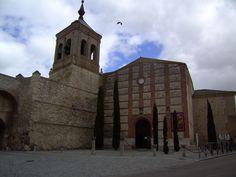 """Olmedo, Valladolid. Iglesia de San Miguel. Olmedo era conocida como la """"Villa de los siete sietes"""" pues poseía siete pueblos de su alfoz, siete arcos de entrada, siete iglesias, siete conventos, siete plazas, siete caños o fuentes y siete casas nobles.<> Pulse en la fotografía para ver #casas_en_Valladolid."""