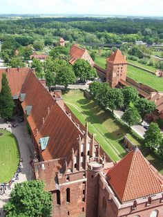 The Malbork 🏰 was built in Prussia by the Teutonic Order and named it 'Marienburg' (Mary's Castle). The town which grew around it was also named Marienburg, but since 1945 it is again, after 173 years, part of Poland and known as Malbork. Beautiful Castles, Beautiful Places, Malbork Castle, Visit Poland, Poland Travel, Germany Castles, Famous Castles, Amazing Buildings, The Beautiful Country