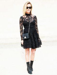 Bloggerin Amanda Shadforth hier mit einem schwarzenLace-Minikleid. Sie kombiniert dazu coole Schnürstiefel, eine Crossbody-Bag und eine Sonnenbrille im Wayfarer-Style.