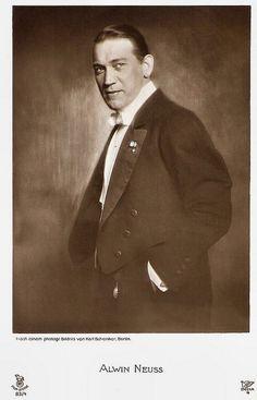 Alwin Neuss. German postcard by Rotophot in the Film Sterne series, no. 83/4. Photo: Karl Schenker, Berlin.