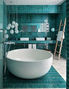Bain cocon : le forme de la baignoire, la mosaique bleue lagoon, les luminaires boules (bulles ?)... J'aime tout