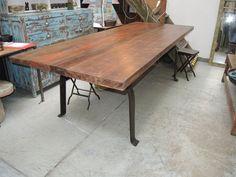 Tavolo con assi vecchie in legno di teak e base in ferro   Tavoli e ...