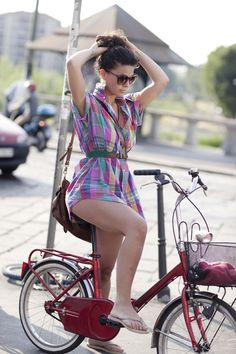 Ah!  What is it about the women in Milan!  They are simply gorgeous. cycle chic, bicycl girl, fashion, bike rides, ride a bike, street styles, plaid dress summer, retro bikes, bici