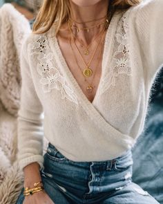 How To Create The Ultimate Capsule Wardrobe For Spring Wickel Beige Pullover, Blue Jeans und geschichteten Schmuck Beige Pullover, Beige Sweater, Wrap Sweater, Lace Sweater, Spring Outfits, Winter Outfits, Casual Outfits, Fashion Outfits, Womens Fashion