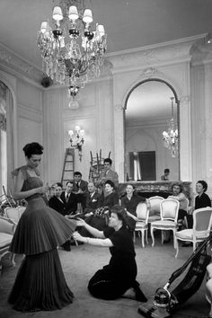 Christian Dior Fashion Show, featuring a dress with inverted flower design. (Photo by Pat English//Time Life Pictures/Getty Images) Christian Dior Vintage, Vintage Dior, Moda Vintage, Vintage Couture, Vintage Glamour, Fashion Moda, 1940s Fashion, Look Fashion, Vintage Fashion