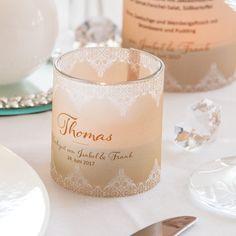 Perfekt für die Perlenhochzeit oder ein Hochzeit im Vintage-Stil: die #Windlichttischkarten in Creme