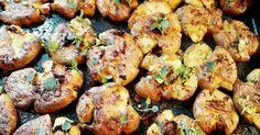 """Nemelošu, apgalvojot, ka šo recepti gaida daudzi, it īpaši tie, kuriem, ciemojoties mūsu mājās, palaimējies nogaršot no mana pavārmākslas guru Džeimija Olivera (Jamie Oliver) """"nošpikotos"""" neticami kraukšķīgos krāsnī ceptos kartupeļus. Lai izvairītos no liekvārdības, aprakstot pēc šīs receptes gatavoto kartupeļu garšas īpašības, manuprāt, pietiks ar faktu, ka mūsu mājās krāsnī ceptie kartupeļi vairs netiek gatavoti nekādā citā veidā."""