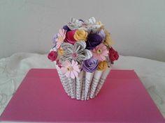 Bouquet de livre Art de livre modifié fleurs dOrigami   Etsy Bouquet En Origami, Origami Flowers, Book Page Flowers, Gifts For Librarians, Alternative Bouquet, Altered Book Art, Small Bouquet, White Gift Boxes, Book Themes