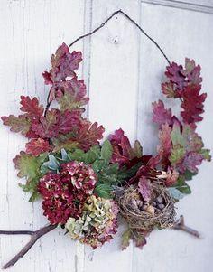 тысяча разных идей - Осенний венок на дверь из листьев.