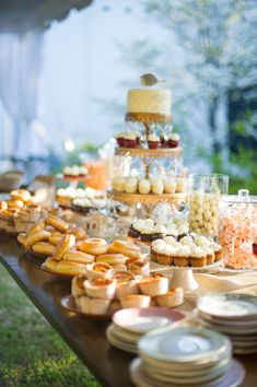 i want to do a sweet table for dessert featuring homemade desserts. dessert buffet with donuts + mini pies! Snack Platter, Antipasti Platter, Breakfast Platter, Platter Ideas, Pancake Breakfast, Donuts, Donut Bar, Donut Tower, Think Food