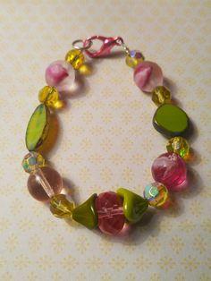 Roze en olijfgroene kristal AB en Tsjechisch glas armband bloemenkelkjes via Birdie Accessoires