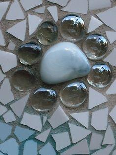 """Maceta decorada en Trencadís o mosaicos nº 7 """"Blanco Nieve"""" detalle del Trencadís con cristales y una piedra blanca, como una flor."""
