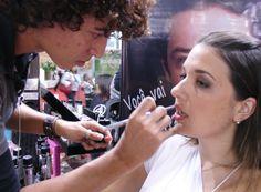 Há algum tempo no mercado, a maquiagem em spray está ganhando destaque no mercado agora e promete seduzir as fãs de maquiagem. Curtiu a ideia de se maquiar usando apenas produtos em spray e quer aprender como fazer o look? Acompanhe o passo a passo d