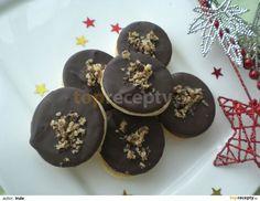 Ze surovin na vypracujeme těsto, které necháme v lednici odpočinout (klidně do druhého dne). Potom vyválíme plát cca 3mm a vykrojíme kolečka.... Christmas Sweets, Christmas Candy, Christmas Baking, Baking Recipes, Cookie Recipes, Czech Recipes, Holiday Cookies, Graham Crackers, Food Hacks