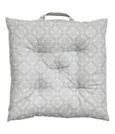 Katso! Painokuviollinen, puuvillakankainen istuintyyny. Yhdessä sivussa kantokahva. Polyesteritäyte. Paksuus 4 cm. – Käy hm.comissa katsomassa lisää.