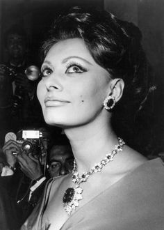Before the Cannes Film Festival begins on Wednesday, chart the incredible fine jewelry worn by some of the biggest stars of our time including Sophia Loren, Eva Herzigova and Diane Kruger that are forged into cinematic history forever. Sophia Loren Film, Sophia Loren Images, Jeanne Moreau, Olivia De Havilland, Cate Blanchett, Diane Kruger, Retro Hairstyles, Celebrity Hairstyles, Timeless Beauty