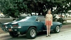 Sweet people posing with nice rides. 70s Fashion, Fashion Photo, Vintage Cars, Vintage Ladies, Old Fashioned Photos, 70s Muscle Cars, People Poses, Ford Mustang Shelby, Chevrolet Camaro