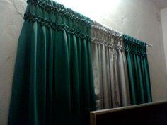 cortina confeccionada no tecido oxford com ponto capitonê,composta por quatro partes,duas cores.