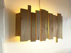 Luminaria de pared con maderitas recicladas