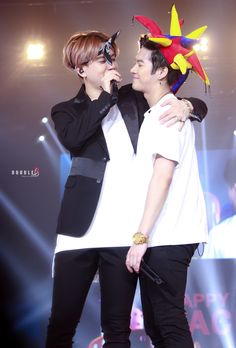 Yugyeom & Jackson - GOT7 when you realize that Jackson looks like the embarrassed girl being talk about by the sexy boyfriend she still can't believe she's dating