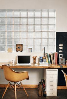 机&椅子は、しっかり揃えると結構な金額になります。木材の質と、見た目を両方重視したら、よりお値段は張るでしょう。一生モノのそんなデスクまわりを購入するのも◎ですが、今回は、IKEAで「1万円」を区切りに、手頃に手に入るアイテムを組み合わせることで、おしゃれで上質なデスクまわりになるアイディアをご紹介します。新しい年を迎えたら、新しい空間で、頭をシャキッとさせてみませんか?