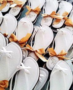Rasteiras personalizadas para os convidados.  Um luxo de mimo!