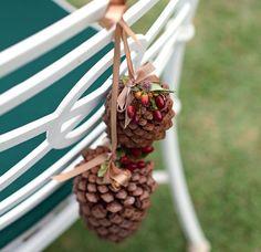 A cadeira de todo dia fica pronta para a festa com um arranjo de pinhas