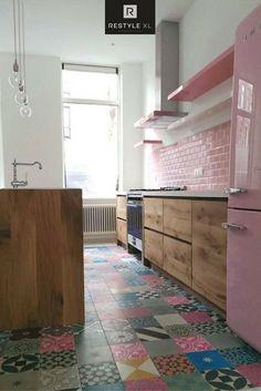 Eiken keuken gecombineerd met Portugese tegels en oud roze als prachtige accentkleur!#restylexl #eiken #eikenkeuken #keuken #oudhout #hout #houten #portugesetegels