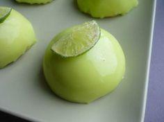 domes citron vert, chocolat blanc coloré en vert mousse citron