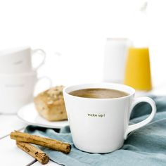 Wake up taza | ¡Hora de despertarse! La taza Wake Up se convertirá en tu favorita en el desayuno. Una bonita taza de porcelana en color blanco con letras en color verde. Producto acabado a mano.  #kenayhome #home #taza #wake #up #mug #cerámica #blanca #desayuno #café #té #despertar #hogar #decoración #cocina Wake Up, House Design, Tableware, Portal, China Mugs, Dish Sets, White Ceramics, White People, Green