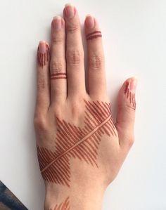 A more western design Henna Tattoo Designs Simple, Basic Mehndi Designs, Finger Henna Designs, Mehndi Designs For Fingers, Henna Designs Easy, Beautiful Henna Designs, Latest Mehndi Designs, Simple Henna Patterns, Henna Ink