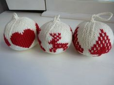 Weihnachtskugeln, -muster und -anleitungen stricken Wenn Sie in . Knit Christmas balls, patterns and instructions If you are in . - knitting is as easy as 3 knit Knitting Projects, Crochet Projects, Knitting Patterns, Christmas Balls, Christmas Ornaments, Xmas, Floral Hoops, Pink Cotton Candy, Christmas Knitting
