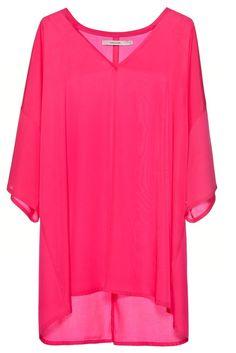 Vestido corto de color fucsia con escote v, mangas amplias, calce relajado. Pertenece a la nueva colección P/V 2016 de Cher.