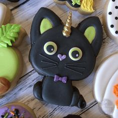 🖤💚 UNICAT 💚🖤Our Kawaii Black Cat cutter makes the perfect lol unikitty! Thanks for your creativity and sharing this cutie with us! Halloween Cookie Recipes, Halloween Cookies Decorated, Halloween Sugar Cookies, Halloween Desserts, Halloween Treats, Halloween Fun, Decorated Cookies, Halloween Biscuits, Halloween Halloween