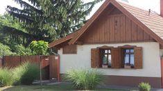 Négy emberöltőt kiszolgált az 1903-ban készült épület. Traditional House, Rustic Wood, Tiny House, Building A House, Sweet Home, New Homes, Cottage, Pergola, House Styles