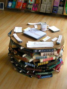 Livros foram feitos para serem lidos, claro. Mas no caso de termos muitos deles, já lidos, a dica seria doá-los à biblioteca de sua comunidade. No entanto, criatividade é algo sensacional. Já viram uma mesa de café feita de livros?