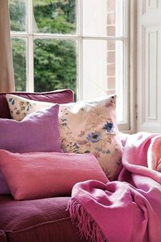 Warm and Cozy Classic Style Interior With Purple and Pink Accents – DIY: Mach Es Selbst - Home decor cozy Cottage Rose, Cottage Style, Country House Interior, Pink Pillows, Pink Houses, Sofa, Cozy Corner, Pink Accents, Hampshire