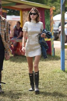 Once the home of muddy boho chic, ripped denim shorts and plastic cagoules, this year Glastonbury festival fashion went glam - and even die hard fans like Alexa Chung joined in, wearing a glitzy gold number Alexa Chung Style, Kim Kardashian, Alexa Chung Festival, Kendall Jenner, Glamour, Runway Fashion, Fashion Outfits, Fashion Tips, Fashion Boots
