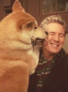 Richard Gere and Hachiko!I love this picture!Is there a bigger love than the dog's one? Richard Gere, Japanese Akita, Japanese Dogs, Beautiful Dogs, Animals Beautiful, Hachi A Dogs Tale, Japanese Dog Breeds, A Dog's Tale, Akita Dog