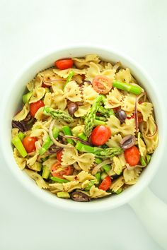 - 15 Minute Vegan Pasta Salad This vegan pasta salad recipe couldn& be easier! Prep the veggies and dressing while the pasta boils and mix it altogether. It& great served cold or hot! Vegan Recipes Easy, Veggie Recipes, Italian Recipes, Vegetarian Recipes, Cooking Recipes, Grandma's Recipes, Pasta Salad Italian, Vegan Meal Prep, Vegan Pasta