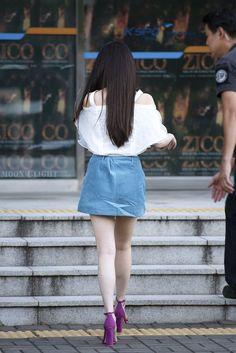 [180811] 지코 콘서트 게스트 출퇴근길 아이유 직찍 by 달빛마차 Han Sunhwa, Girl Photos, Korean Girl, Denim Skirt, Mini Skirts, Singer, Warm, Female, Sexy