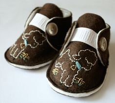 Wool baby shoes with lamb embroidery and buttons