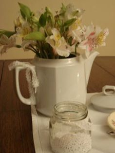 Arreglo floral en tetera https://www.facebook.com/media/set/?set=a.263224240554517.1073741838.257525177791090&type=3