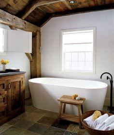 Salle de bain rustique et rurale, sauf la baignoire!