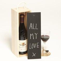 Quieres que tu botella de vino se vuelva única. Este empaque personalizado permite que le escribas una dedicatoria con tiza o con pilot tipo tiza. Designed by: