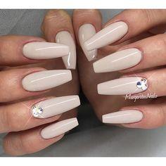 Pretty coffin shaped nails with glossy polish, rhinestone accent | decorado de unas
