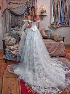 Credere nell'amore è il motto della nuova collezione Galia Lahav sposa 2017. Abito da sposa lussuosi con ricami applicati, pizzo chantilly e tulle di seta.