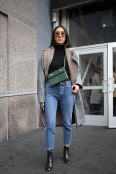 Eva Chen is seen wearing a plaid coat blue jeans and green bag outside theJason Wu show during New York Fashion Week on February 9 2018 in New York. Green Handbag, Green Bag, Green Purse Outfit, Trendy Outfits, Winter Outfits, Eva Chen, Perfect Fall Outfit, New York Fashion Week Street Style, Fashion Pictures