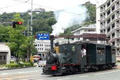 【愛媛県 坊ちゃん列車】明治21年から67年間、市民の足として利用された列車。夏目漱石の小説「坊っちゃん」の主人公も乗ったことから「坊っちゃん列車」という愛称で親しまれるようになりました。当時は蒸気機関車でしたが現在ではディーゼル車両として復元されています。 http://iyokannet.jp/front/spot/detail/place_id/860/ #Ehime_Japan #Setouchi